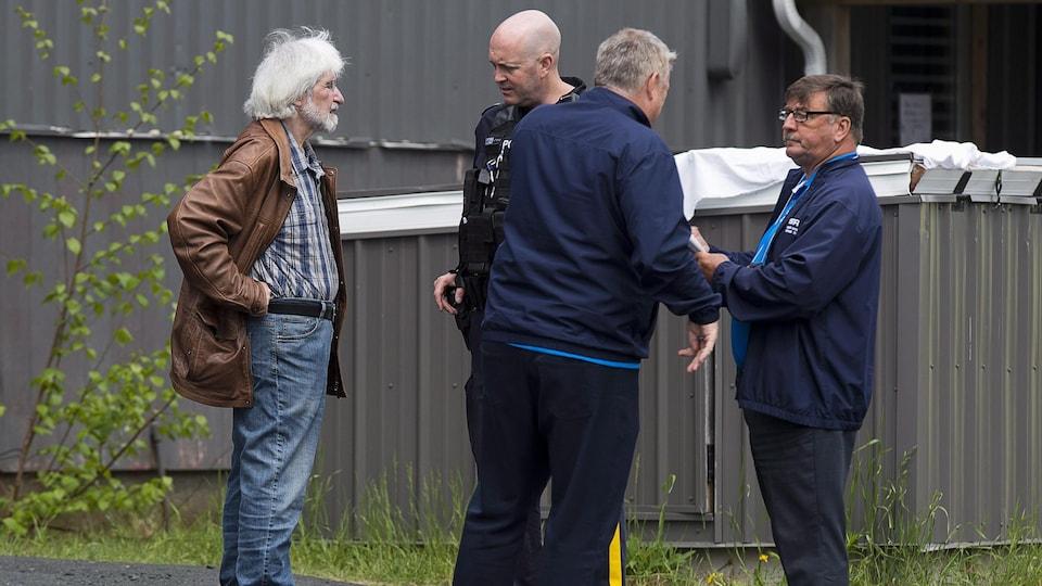 Felix Cacchione (à gauche), le directeur de l'Équipe d'intervention en cas d'incident grave de la Nouvelle-Écosse (SiRT), sur les lieux d'une enquête en 2018.