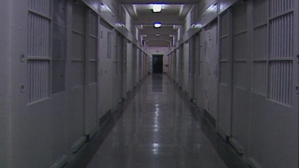 On voit un long corridor dans l'une des ailes psychiatrique de l'Institut psychiatrique de Penetanguishine au début des années 1990