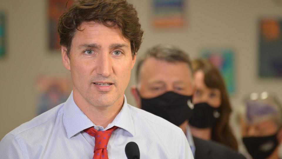 Le premier ministre du Canada, Justin Trudeau, devant un micro, en point de presse.