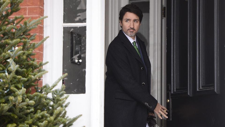 Justin Trudeau franchit le seuil de la porte de sa résidence.