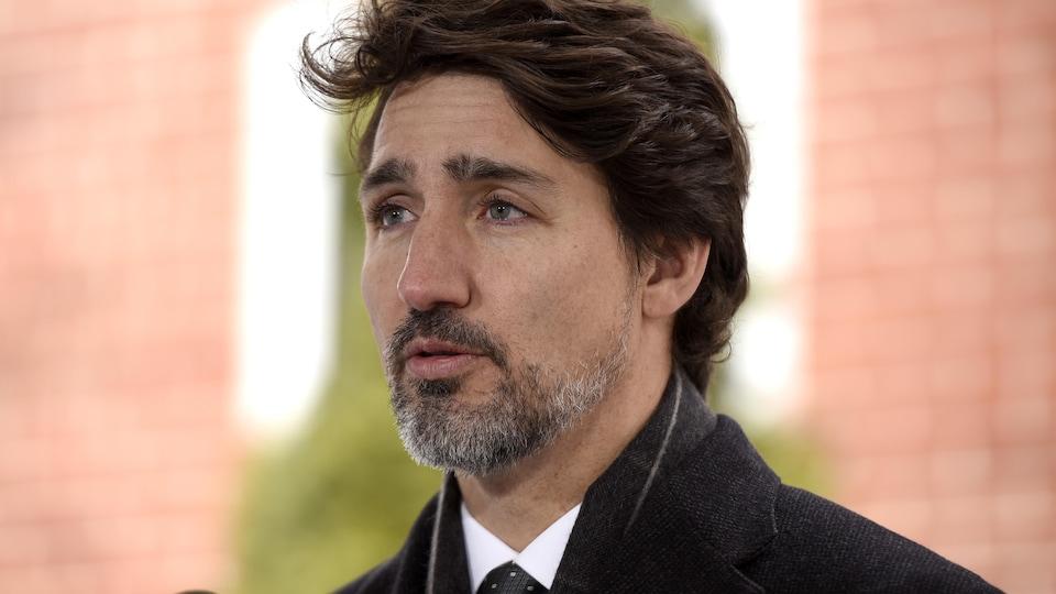 Justin Trudeau parle dans un micro.