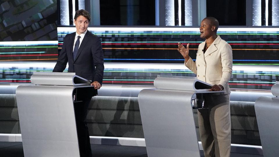 Justin Trudeau regarde Annamie Paul parler durant le débat des chefs.
