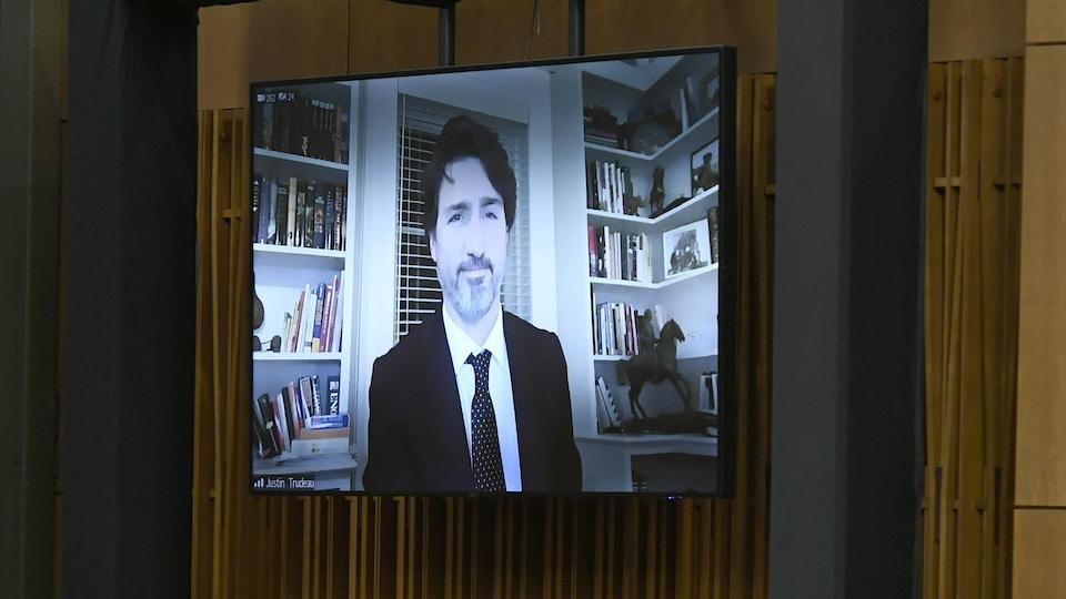 Un écran projette aux Communes la vidéo du premier ministre.