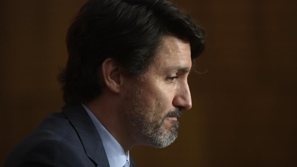 Justin Trudeau assis et de profil.