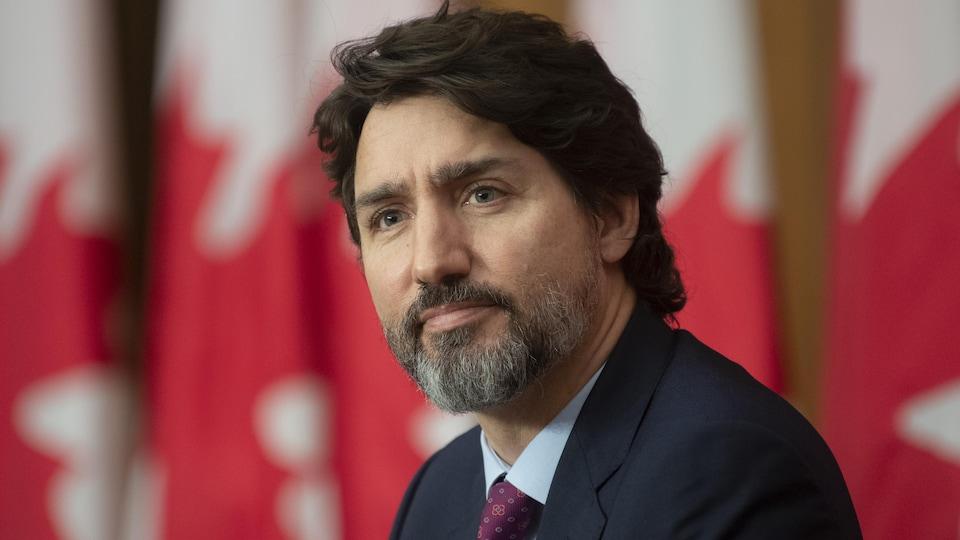 Justin Trudeau à l'écoute durant une conférence de presse.