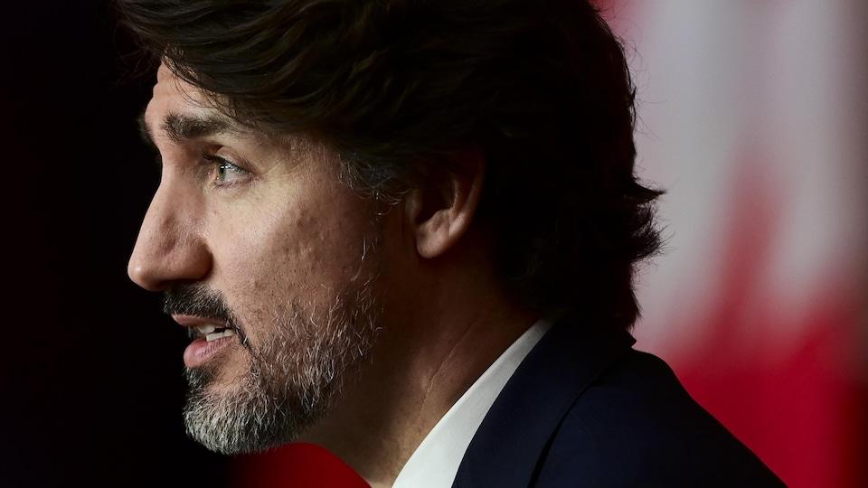 Gros plan de Justin Trudeau, de profil.