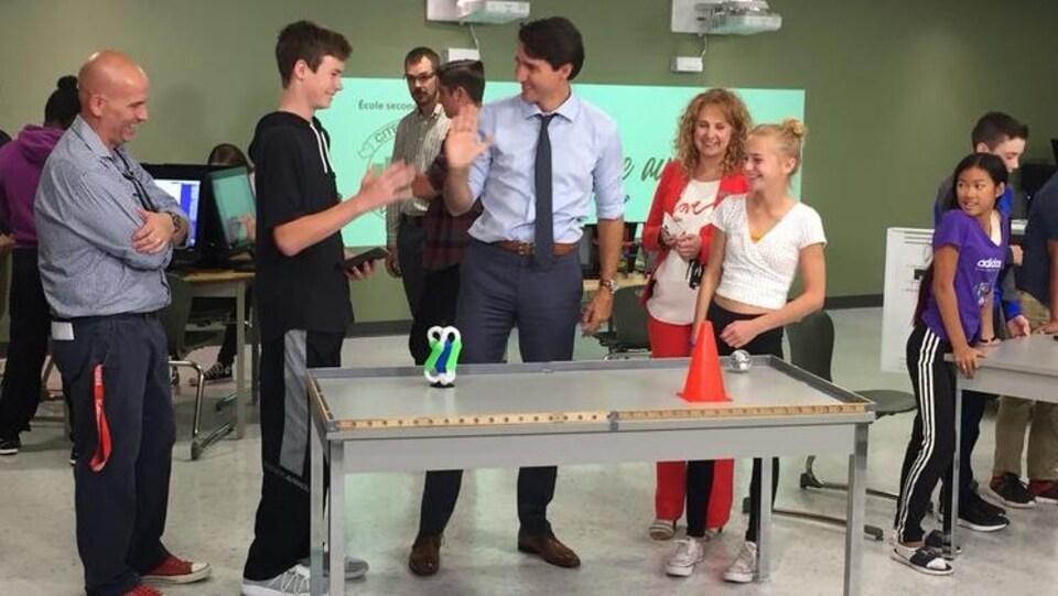 Justin Trudeau et des élèves.