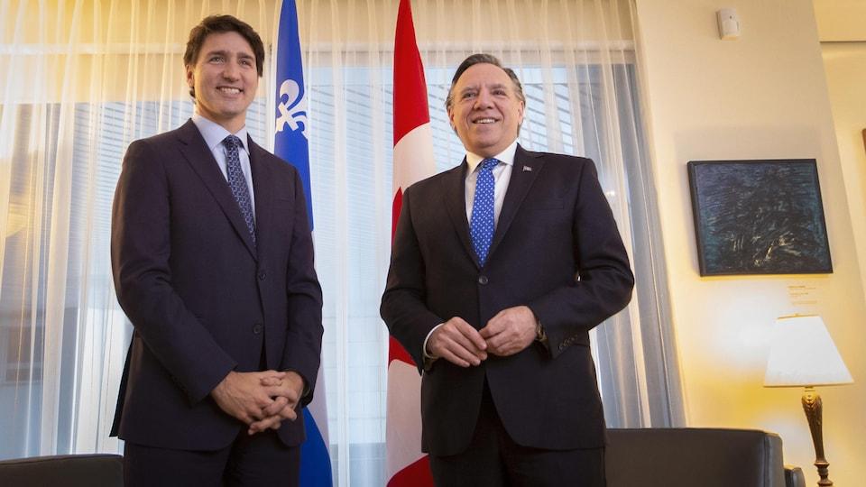 Les deux hommes posent dans le bureau de François Legault.