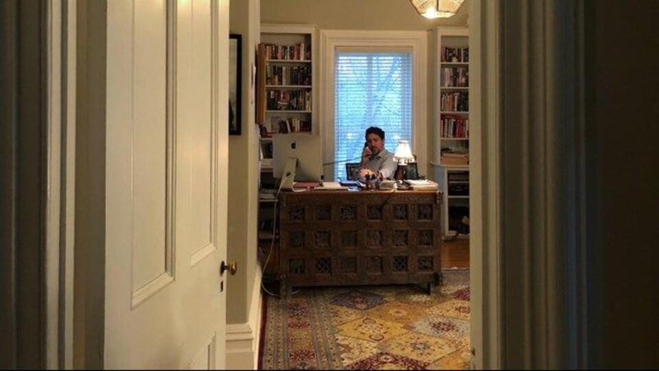 Justin Trudeau assis derrière un bureau.