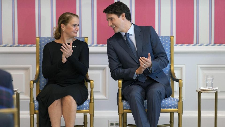 Le premier ministre Justin Trudeau discute avec la gouverneure générale Julie Payette lors d'une cérémonie à Rideau Hall.
