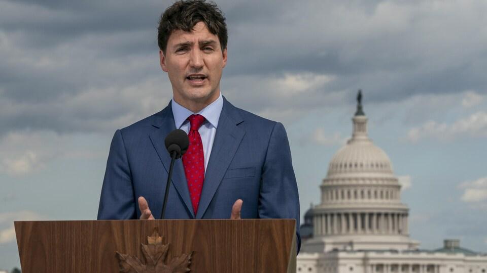 Le premier ministre du Canada, Justin Trudeau, s'adresse aux journalistes  à l'ambassade du Canada à Washington.