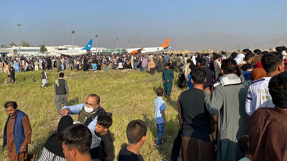 Des Afghans à l'aéroport de Kaboul.