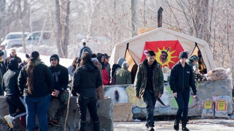 Une vingtaine de manifestants devant leur blocage.