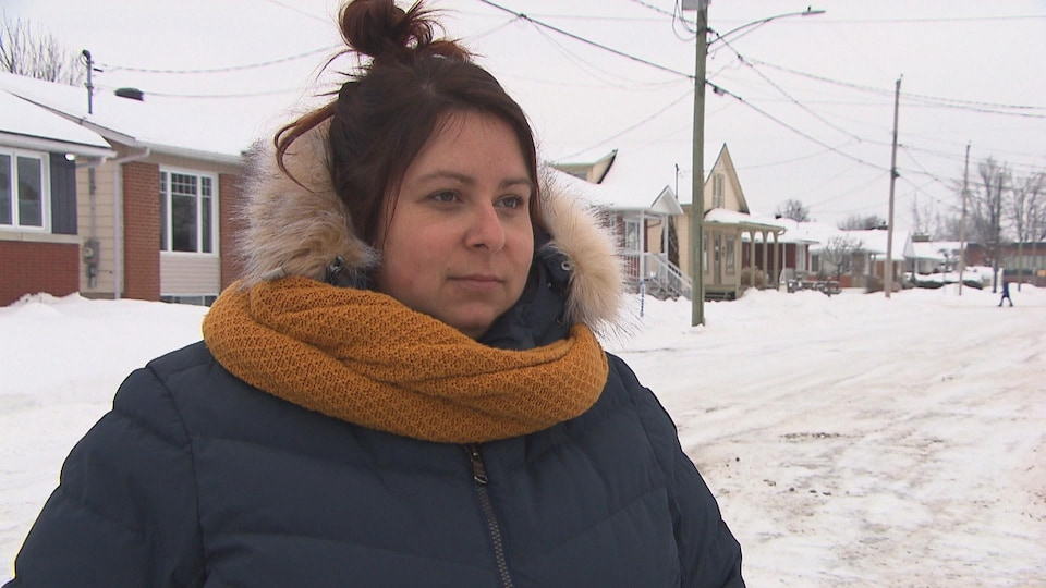 Kalinka Bassaraba dans une rue en entrevue, l'hiver.