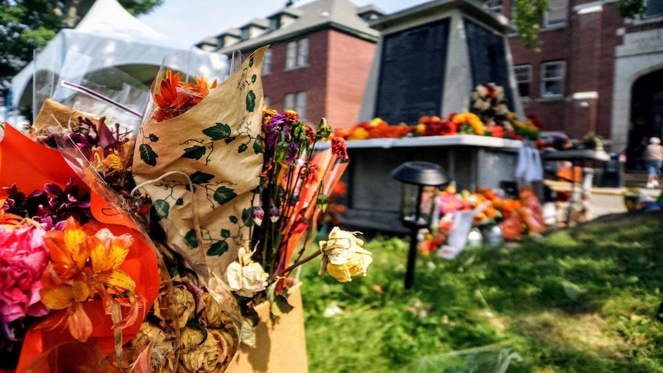 L'ancien pensionnat de Kamloops est recouvert de fleurs et de messages.