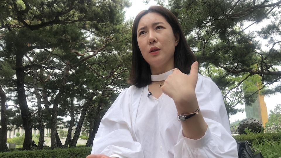Mme Eun-jung répond aux questions de notre correspondante Anyck Béraud.