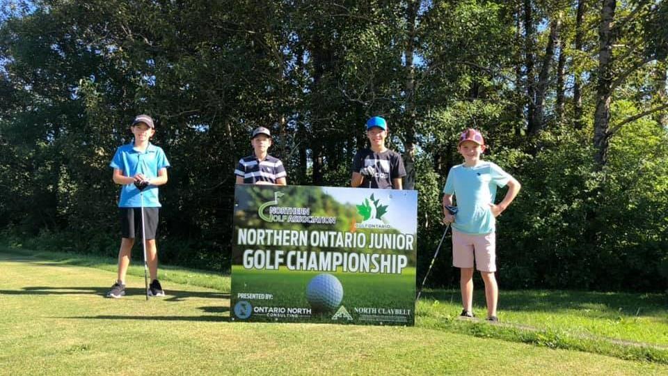 Des juniors sur le terrain de golf.