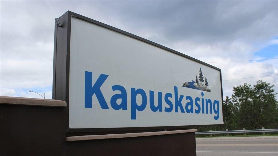 Une pancarte à l'entrée de Kapuskasing indique le nom de la ville.