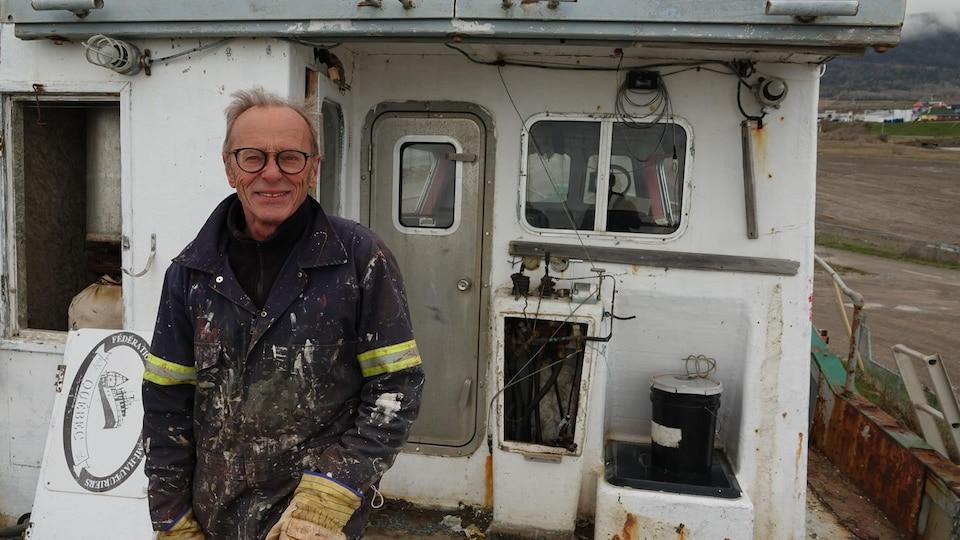 Denis Hanry, ancien maire de Carleton-sur-Mer, vêtu de vêtements de travail.