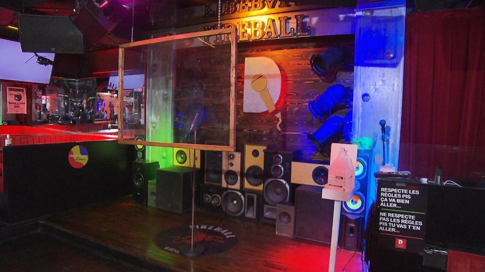 Un espace pour faire du karaoké avec des plexiglas.