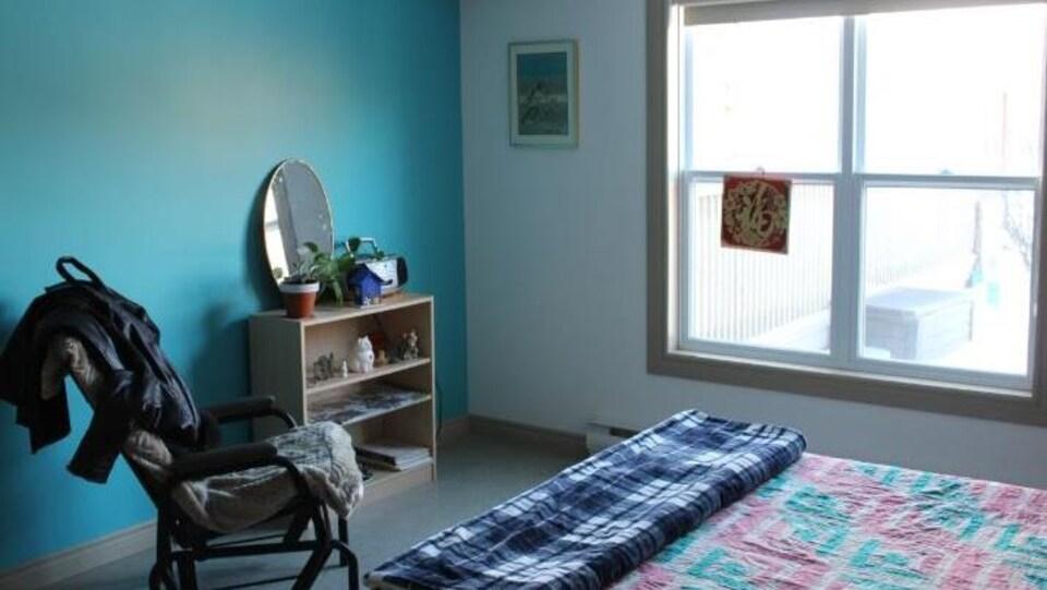 Une chambre peinte en bleu.
