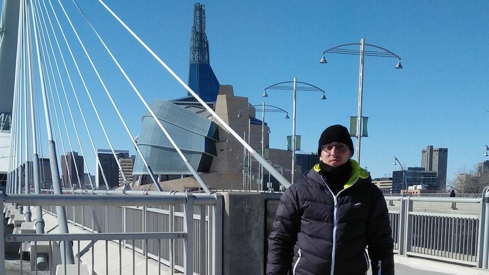 Un homme pris en photo devant le pont Provencher à Winnipeg.