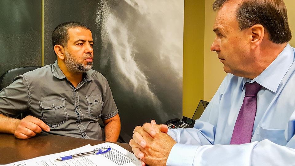 Karim Mabrouk, témoin de l'attentat à la mosquée de Québec, en discussion avec son avocat, Marc Bellemare