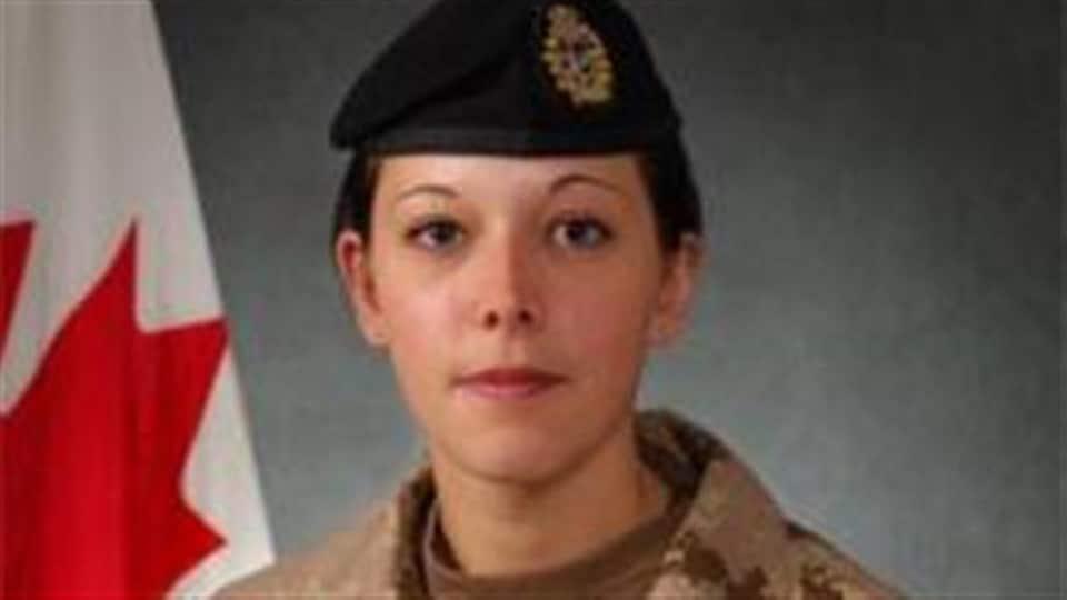 Gros plan sur le visage de Karine Blais, en uniforme militaire.