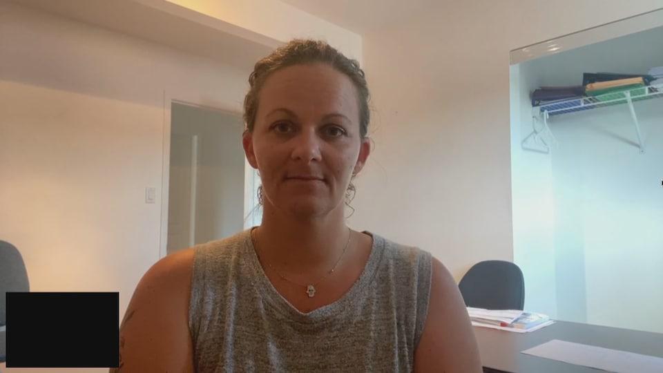 Portrait de la femme en entrevue via Facetime.