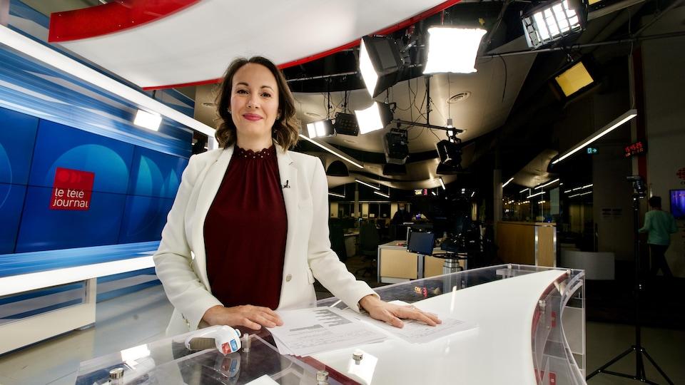 Karine Godin sur le plateau du Téléjournal Acadie.
