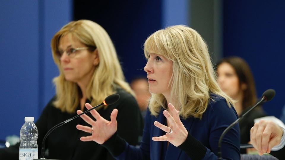 Karine Moses s'adresse aux commissaires du CRTC.