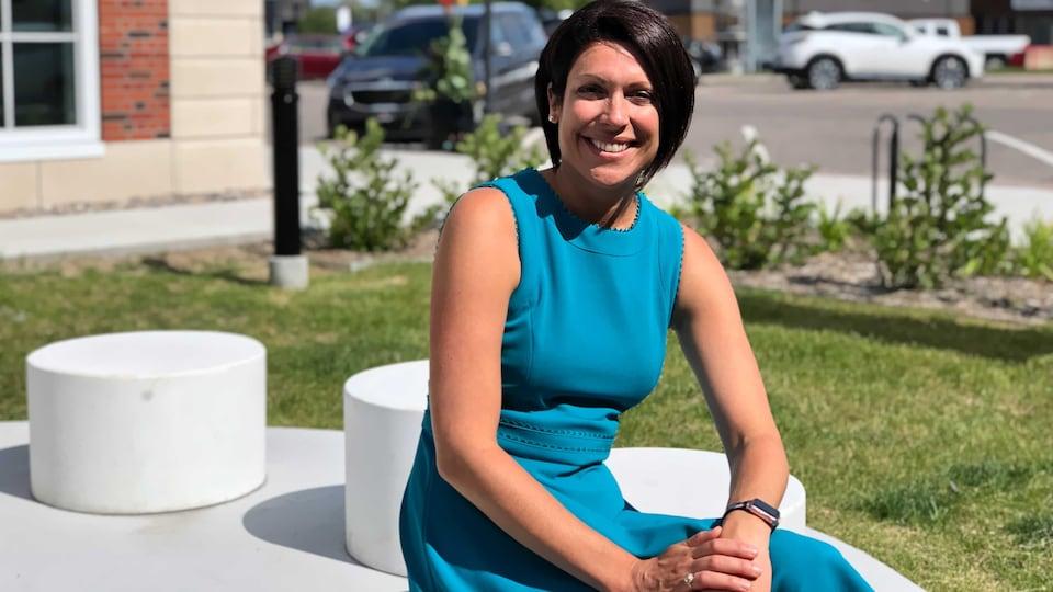 La députée néo-démocrate Karine Trudel est assise à l'extérieur.