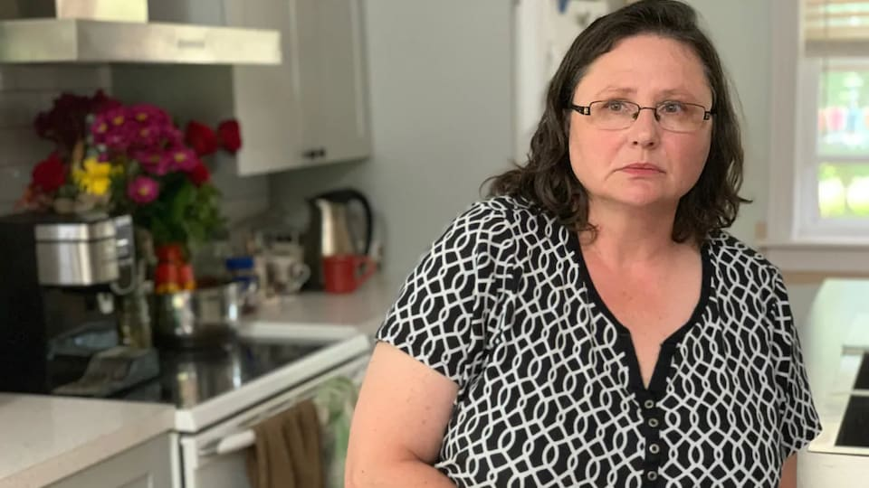 Karla Dehmel pose dans sa cuisine.