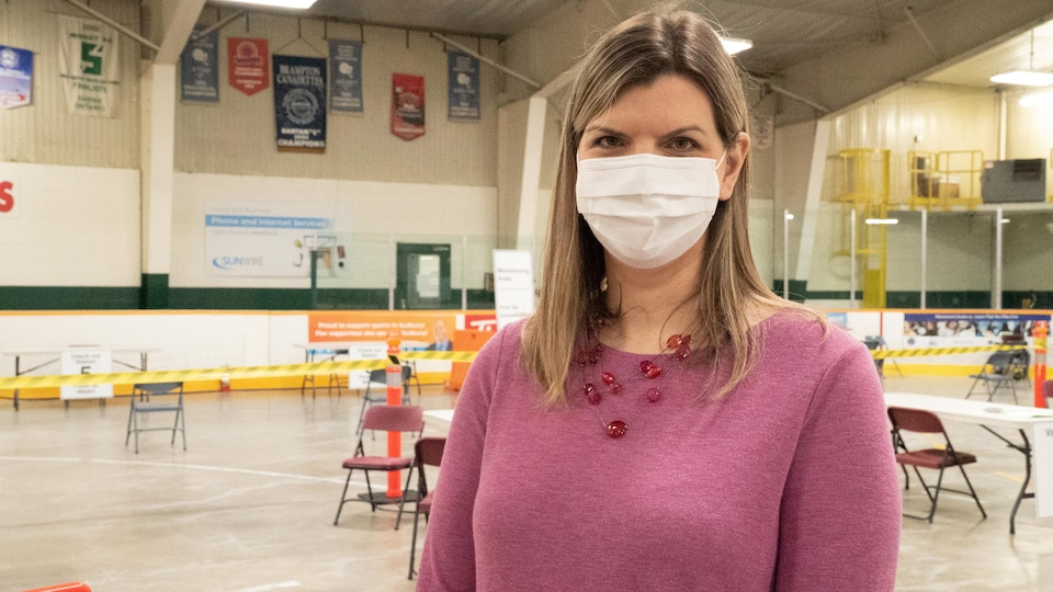 Karly McGibbon accorde une entrevue dans le centre de vaccination.