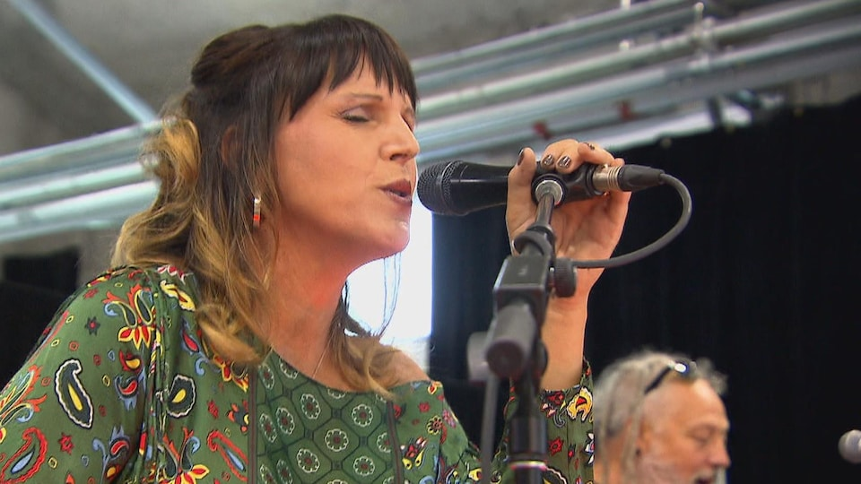 Une chanteuse est sur scène.