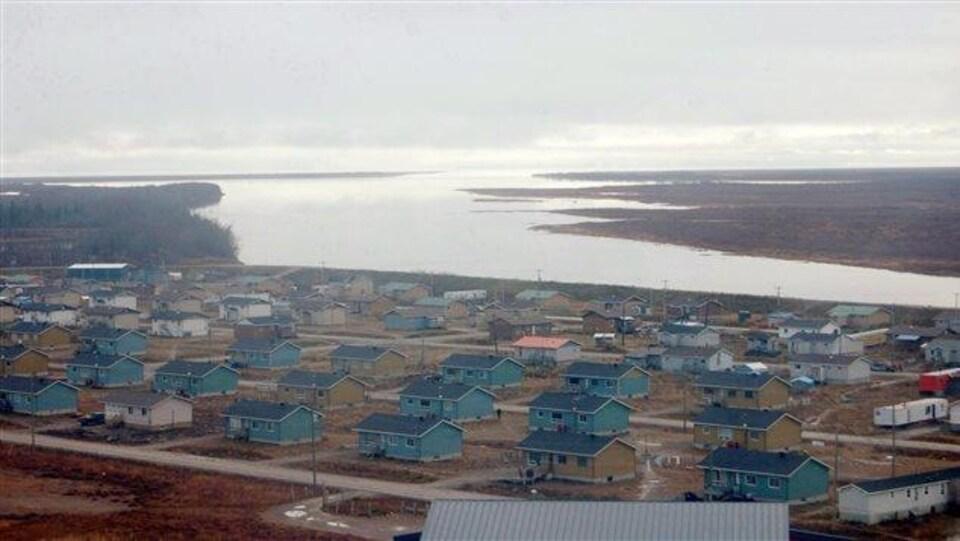 La communauté de Kashechewan dans le Nord de l'Ontario.