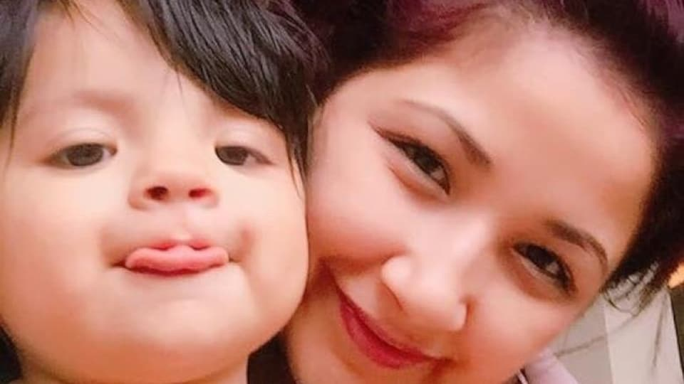 gros plan sur les visages souriants de Katelyn Hansen et de sa fille Kaelynn Angel Hansen .