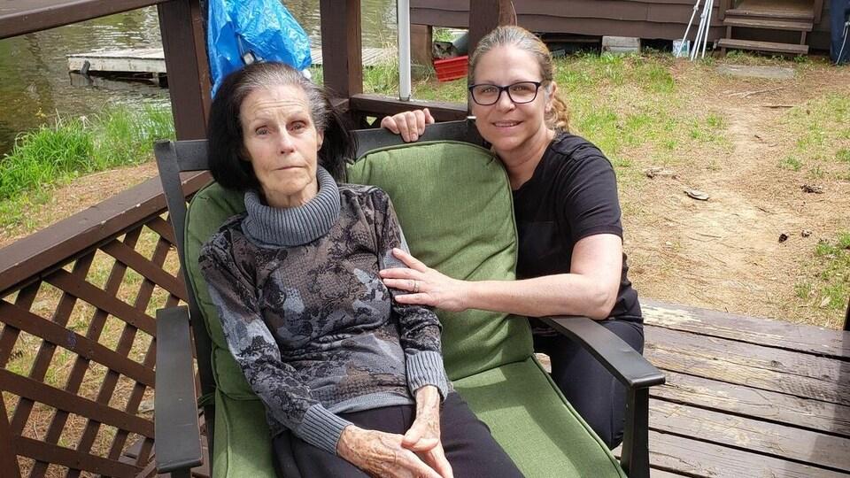 Kathleen Biggs en compagne de sa mère Betty Sulewski à l'extérieur.