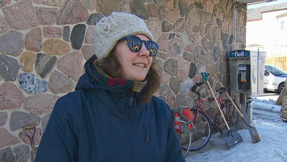 Le portrait d'une femme dans la rue l'hiver