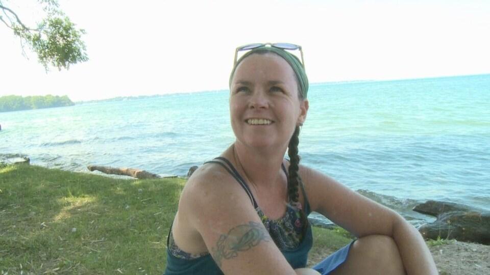 Une femme près d'un plan d'eau
