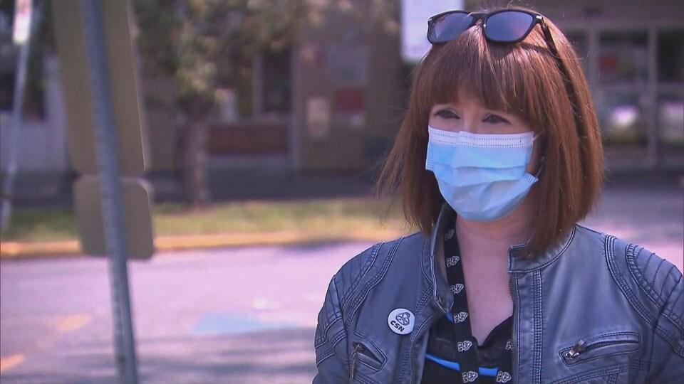 Katie Chamberland-Langlois en entrevue avec un masque.