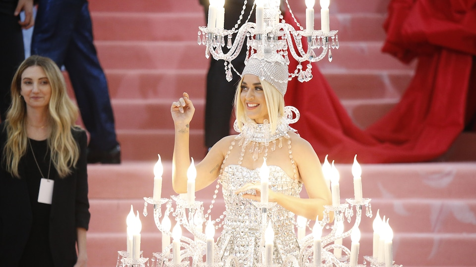 La jeune femme a des chandeliers sur sa tête et autour de sa taille.