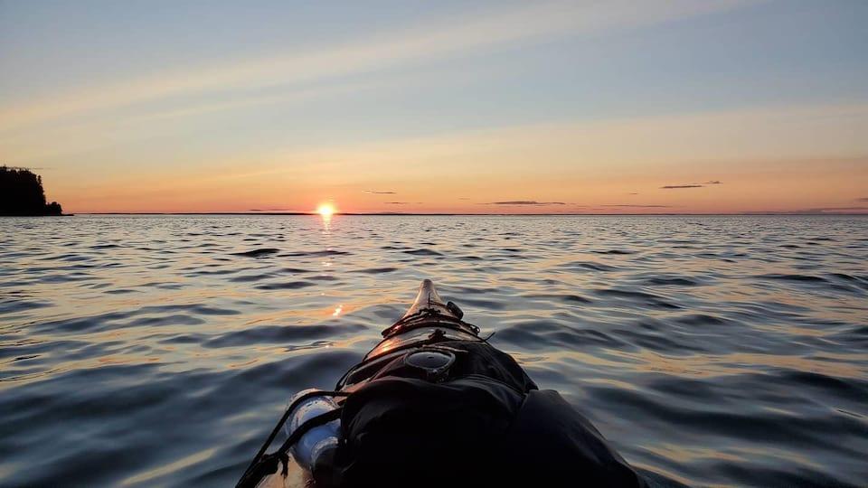 Le coucher de soleil vu d'un kayak sur le fleuve Saint-Laurent