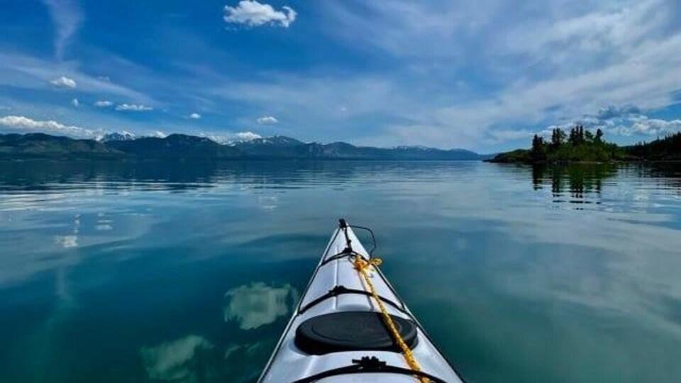Un kayak sur l'eau avec une vue sur le ciel bleu.