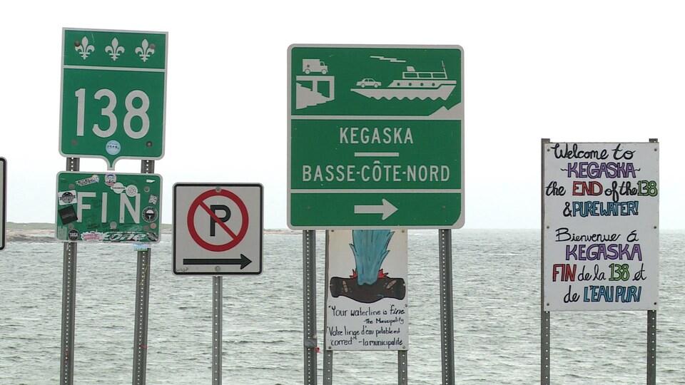 Derrière la série de panneaux, on retrouve le fleuve Saint-Laurent.