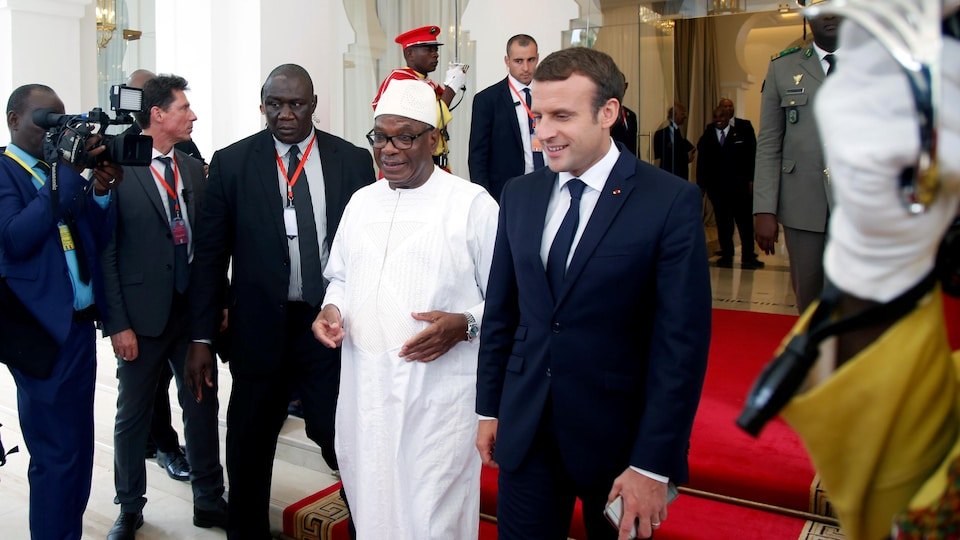 Emmanuel Macron et Ibrahim Boubacar Keita sortant du palais présidentiel.