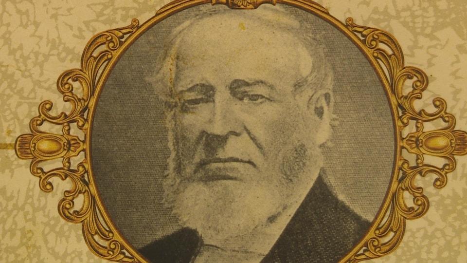 Ancienne photographie de l'homme d'affaires aux cheveux blancs et à la barbe fournie.