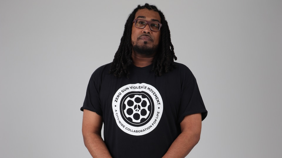 Photo de Keith Sweeny portant un chandail du mouvement zéro violence armée.
