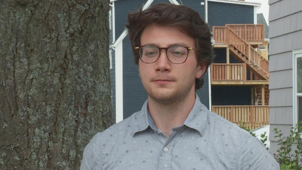 Connor Kelly interviewé devant des maisons.