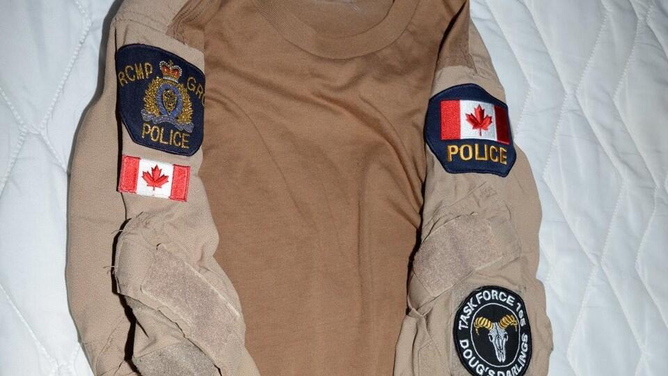 Un veston avec des symboles et logos de la GRC.